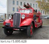Купить «Пожарный автомобиль Шевроле 1936 года выпуска», фото № 5895628, снято 10 мая 2014 г. (c) Виктор Карасев / Фотобанк Лори