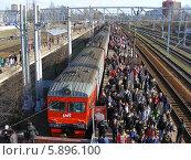 Купить «Люди выходят из поезда на станции Клин Московской области», эксклюзивное фото № 5896100, снято 18 апреля 2014 г. (c) lana1501 / Фотобанк Лори