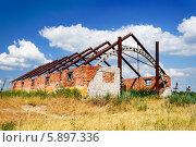 Купить «Разрушенный кирпичный сарай на фоне синего неба с облаками», фото № 5897336, снято 30 января 2014 г. (c) Андрей Радченко / Фотобанк Лори