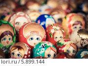 Купить «Русские матрешки на рынке», фото № 5899144, снято 18 августа 2013 г. (c) g.bruev / Фотобанк Лори
