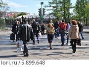 Купить «Люди переходят дорогу по пешеходному переходу, Москва», эксклюзивное фото № 5899648, снято 7 мая 2014 г. (c) lana1501 / Фотобанк Лори
