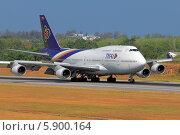 Купить «Таиланд. Остров Пхукет. Boeing 747-400 авиакомпании Thai на пробеге после посадки», эксклюзивное фото № 5900164, снято 27 февраля 2014 г. (c) Александр Тарасенков / Фотобанк Лори