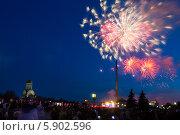 Купить «Праздничный салют 9 мая 2014 на Поклонной горе», фото № 5902596, снято 9 мая 2014 г. (c) Valeriy Lukyanov / Фотобанк Лори