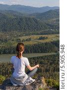 Купить «Девушка, сидящая в позе лотоса, смотрит на горные вершины и реку», фото № 5905948, снято 21 августа 2013 г. (c) Александр Самолетов / Фотобанк Лори