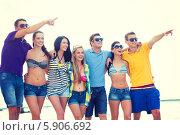Купить «Молодежный отдых. Группа друзей весело проводят время летом», фото № 5906692, снято 31 августа 2013 г. (c) Syda Productions / Фотобанк Лори