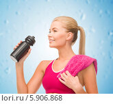 Купить «Девушка с наслаждением пьет воду из специальной спортивной бутылки», фото № 5906868, снято 23 марта 2013 г. (c) Syda Productions / Фотобанк Лори
