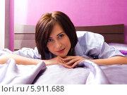 Девушка лежит на кровати к зрителю. Стоковое фото, фотограф Евгений Леонов / Фотобанк Лори