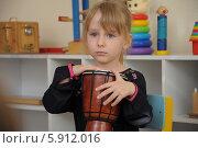 Купить «Девочка с барабаном выступает в детском саду», фото № 5912016, снято 16 мая 2014 г. (c) Айнур Шауэрман / Фотобанк Лори