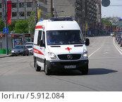 Купить «Автомобиль скорой медицинской помощи идет по улице Красная Пресня, Москва», эксклюзивное фото № 5912084, снято 8 мая 2014 г. (c) lana1501 / Фотобанк Лори