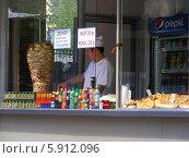 Купить «Киоск с шаурмой», эксклюзивное фото № 5912096, снято 8 мая 2014 г. (c) lana1501 / Фотобанк Лори