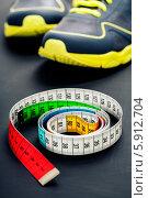 Купить «Кроссовки и сантиметр», фото № 5912704, снято 1 апреля 2014 г. (c) Наталия Кленова / Фотобанк Лори