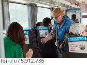 Кондуктор пассажирского автобуса продает билеты (2014 год). Редакционное фото, фотограф Bala-Kate / Фотобанк Лори