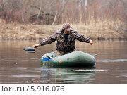 Купить «Охотник расставляет утиные чучела с лодки», фото № 5916076, снято 2 мая 2014 г. (c) Павел Родимов / Фотобанк Лори