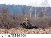 Купить «Сидящий охотник», фото № 5916100, снято 3 мая 2014 г. (c) Павел Родимов / Фотобанк Лори