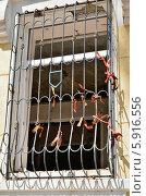 Купить «Окно здания ГУВД Мариуполя после обстрела», фото № 5916556, снято 17 мая 2014 г. (c) Евгений Струков / Фотобанк Лори