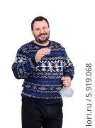 Бородатый мужчина держит в правой руке стакан водки. Стоковое фото, фотограф verbaska / Фотобанк Лори