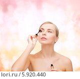 Купить «Красивая девушка красит ресницы тушью», фото № 5920440, снято 5 декабря 2013 г. (c) Syda Productions / Фотобанк Лори