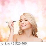 Купить «Очаровательная блондинка наносит макияж специальной кисточкой», фото № 5920460, снято 7 января 2014 г. (c) Syda Productions / Фотобанк Лори
