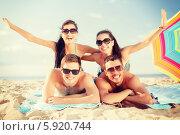 Купить «Летние каникулы с друзьями. Веселая компания на песчаном пляже», фото № 5920744, снято 31 августа 2013 г. (c) Syda Productions / Фотобанк Лори
