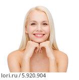 Купить «Привлекательная блондинка с гладкой ухоженной кожей сложила руки под подбородком», фото № 5920904, снято 15 апреля 2014 г. (c) Syda Productions / Фотобанк Лори