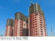 Купить «Строительство трех высотных монолитно-кирпичных домов», фото № 5922780, снято 11 мая 2014 г. (c) Емельянов Валерий / Фотобанк Лори