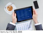 Купить «бизнесмен анализирует график», фото № 5923488, снято 29 декабря 2013 г. (c) Андрей Попов / Фотобанк Лори