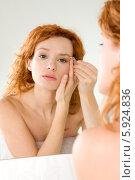 Купить «Красивая девушка выщипывает брови перед зеркалом», фото № 5924836, снято 21 октября 2018 г. (c) BE&W Photo / Фотобанк Лори