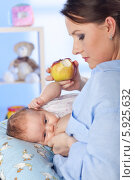 Купить «Женщина с яблоком в руках кормит грудью ребенка», фото № 5925632, снято 21 ноября 2019 г. (c) BE&W Photo / Фотобанк Лори