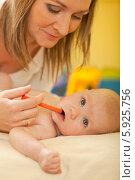 Мама дает заболевшему младенцу жаропонижающее. Стоковое фото, агентство BE&W Photo / Фотобанк Лори