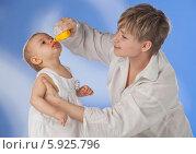 Мама закапывает нос заболевшему ребенку. Стоковое фото, агентство BE&W Photo / Фотобанк Лори