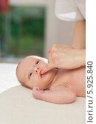 Купить «Неонатолог проверяет сосательный рефлекс у новорожденного ребенка», фото № 5925840, снято 19 марта 2019 г. (c) BE&W Photo / Фотобанк Лори