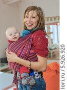 Купить «Молодая женщина в слинге с малышом», фото № 5926920, снято 8 апреля 2014 г. (c) Юрий Викулин / Фотобанк Лори