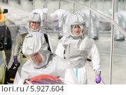 Врачи-эпидемиологи в защитных костюмах. Стоковое фото, фотограф CandyBox Images / Фотобанк Лори