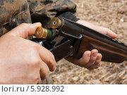 Купить «Заряжание охотничьего ружья», фото № 5928992, снято 3 мая 2014 г. (c) Павел Родимов / Фотобанк Лори