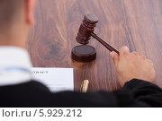 Купить «судья стучит судейским молотком», фото № 5929212, снято 21 февраля 2014 г. (c) Андрей Попов / Фотобанк Лори