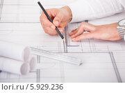 Купить «руки архитектора, работающего над чертежом», фото № 5929236, снято 21 февраля 2014 г. (c) Андрей Попов / Фотобанк Лори