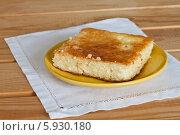 Купить «Творожная запеканка в жёлтой тарелочке на деревянном столе. Белая салфетка», эксклюзивное фото № 5930180, снято 10 июня 2011 г. (c) Lora / Фотобанк Лори