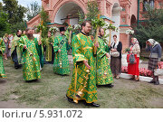 Купить «Священники в зеленом облачении идут крестным ходом на православный праздник Троицы», эксклюзивное фото № 5931072, снято 23 июня 2013 г. (c) Ольга Липунова / Фотобанк Лори