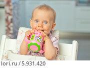Купить «Очаровательная малышка с поильником в руках», фото № 5931420, снято 26 марта 2019 г. (c) BE&W Photo / Фотобанк Лори