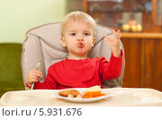 Купить «Очаровательная кроха ест самостоятельно», фото № 5931676, снято 19 июля 2018 г. (c) BE&W Photo / Фотобанк Лори