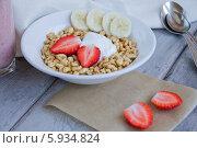 Пшеница с ягодами и творогом в белой тарелке. Стоковое фото, фотограф Nadyan / Фотобанк Лори