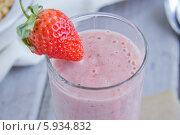 Спелая ягода клубники на бокале с фруктовым напитком (смузи) Стоковое фото, фотограф Nadyan / Фотобанк Лори