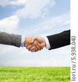 Купить «Рукопожатие деловых мужчины и женщины на фоне голубого неба и зеленой травы», фото № 5938040, снято 12 декабря 2013 г. (c) Syda Productions / Фотобанк Лори