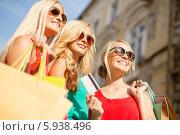 Купить «Три подруги с пакетами и кредитной картой ходят по магазинам», фото № 5938496, снято 8 сентября 2013 г. (c) Syda Productions / Фотобанк Лори