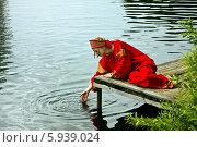 Купить «Девушка в народном костюме у реки», фото № 5939024, снято 23 июня 2013 г. (c) ElenArt / Фотобанк Лори
