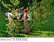 Купить «Праздник Троица В России, фольклор и народные гуляния», фото № 5939032, снято 23 июля 2013 г. (c) ElenArt / Фотобанк Лори
