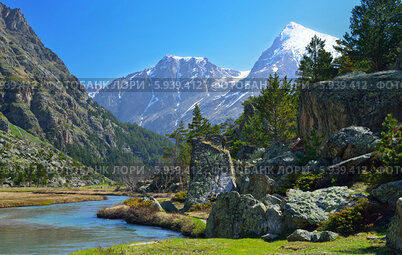 Кавказские горы и река весной
