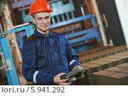 Купить «Промышленный рабочий с панелью управления в руках», фото № 5941292, снято 19 февраля 2014 г. (c) Дмитрий Калиновский / Фотобанк Лори