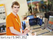 Купить «Продавец в компьютерном магазине», фото № 5941352, снято 19 мая 2014 г. (c) Дмитрий Калиновский / Фотобанк Лори