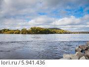 Купить «Река Бира. Вид на сопку и мост», фото № 5941436, снято 22 сентября 2012 г. (c) Ольга Разуваева / Фотобанк Лори